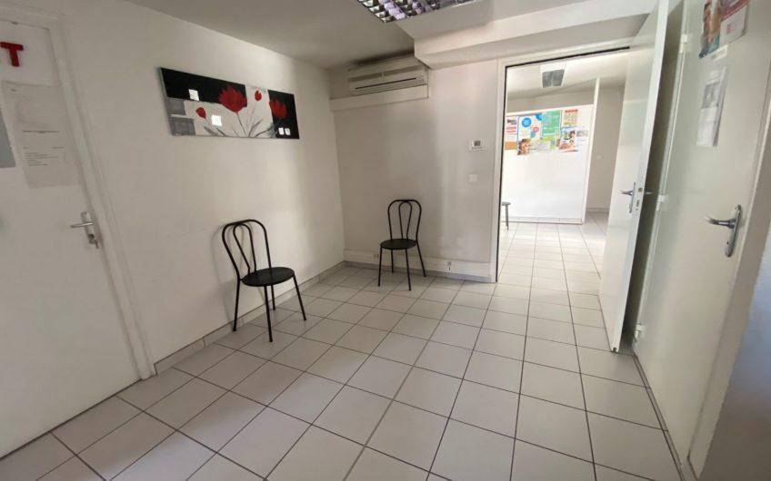 Appartement / Bureaux de 129,56 m² avec balcon et parkings