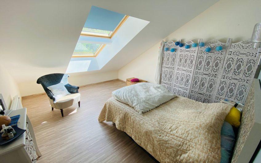 Maison T5 de 150 M² avec une terrasse de 42 m², 2 garages, une cour, et un jardin.